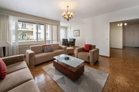 Very spacious apartment with 3 bedrooms next to a quiet and green park.
